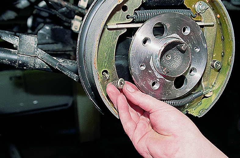 процесс замены задних тормозных колодок