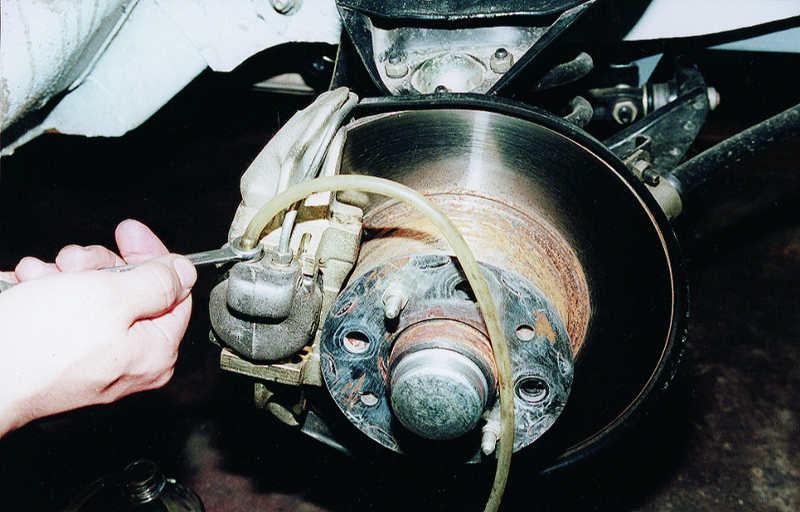 процесс замены тормозной жидкости на автомобиле