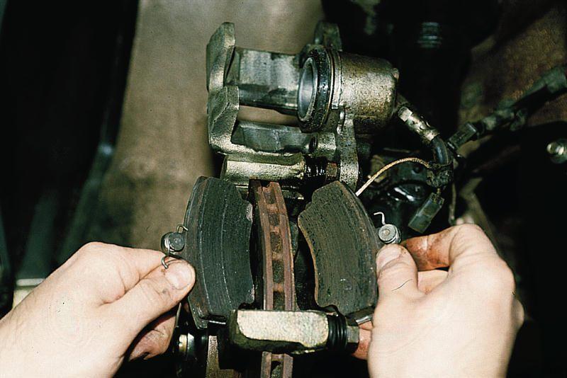 процесс извлечения тормозных колодок