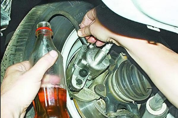 процесс заливки тормозной жидкости