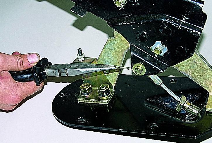 процесс расшплинтования оси рычага ручника