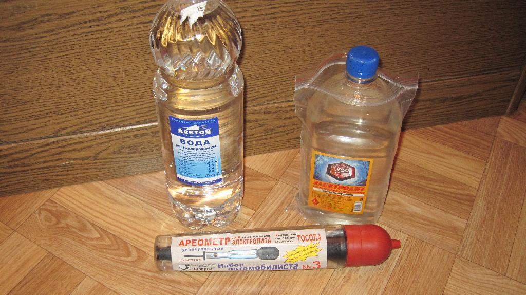 дистиллированная вода, электролит и ареометр