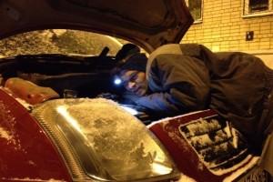 мужчина ремонтирует машину