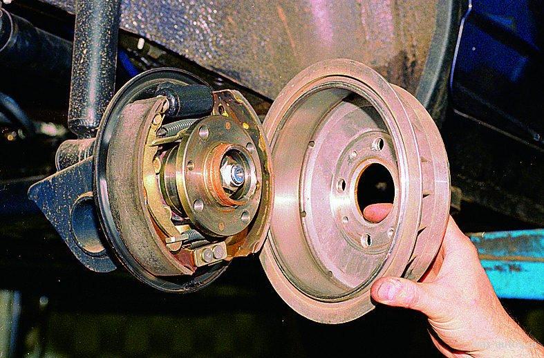 барабанный тормоз со снятым барабаном