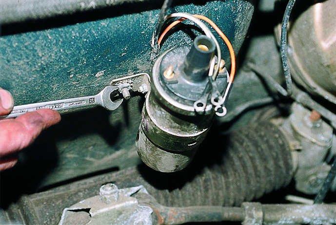 Снятие автомобильной катушки зажигания