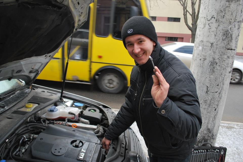 Мужчина ремонтирует автомобильный генератор