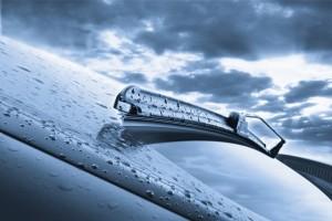 Автомобильный дворник во время дождя