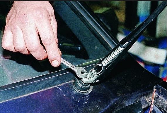 Установка автомобильного стеклоочистителя фото