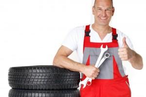 Мужчина-автомеханик и шины