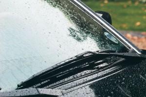 Каркасные дворники на стекле автомобиля