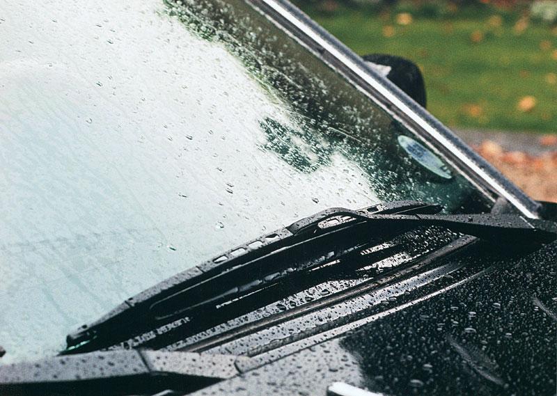Дворники на лобовом стекле автомобиля