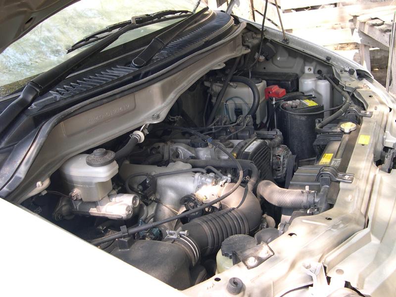 Открытый капот автомобиля фото