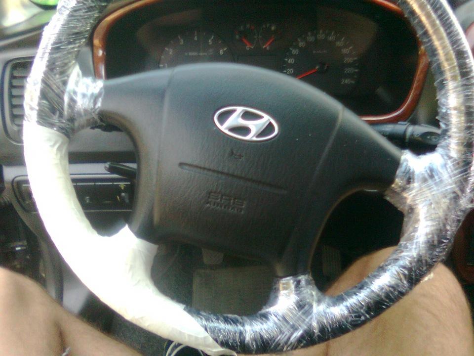 Руль автомобиля, обтянутый пленкой