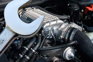Гаечный ключ и внутренности автомобиля