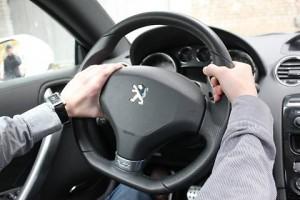 Мужчина держит руки на руле