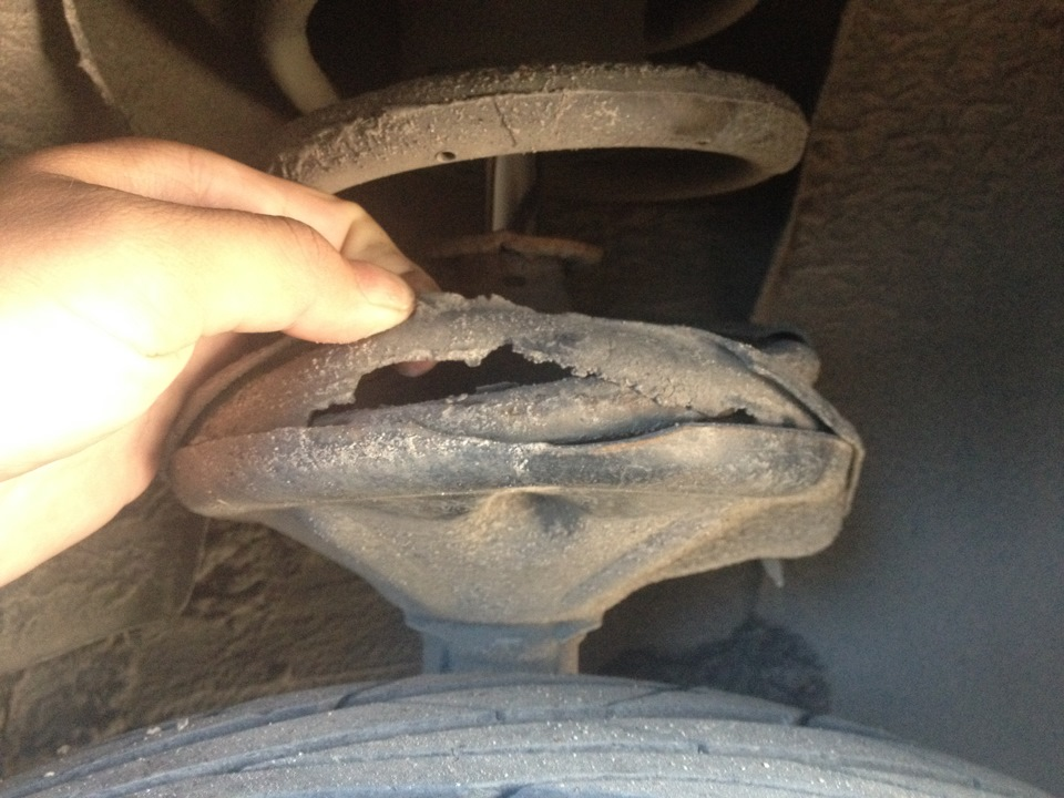 Порванный автомобильный пыльник фото