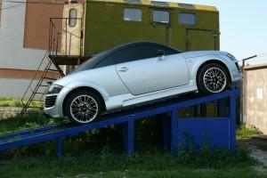 Автомобиль на ремонтной яме