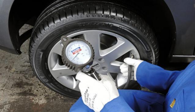 Проверка давления в колесе