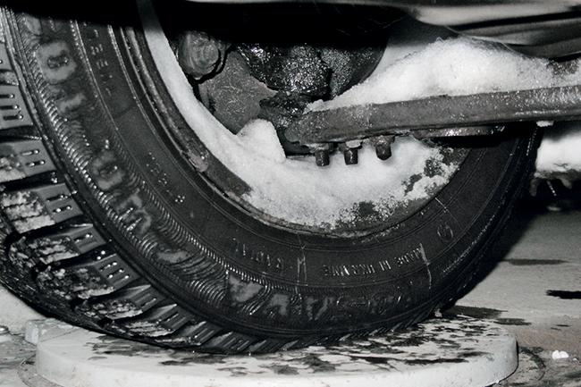 Снег в автомобильном колесе
