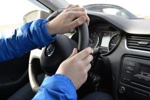 Руки на руле авто