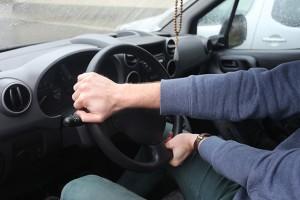 Руки на руле автомобиля