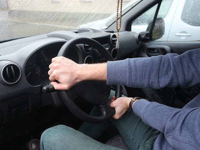 Руки на автомобильном руле