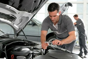 Мужчина ремонтирует автомобиль фото