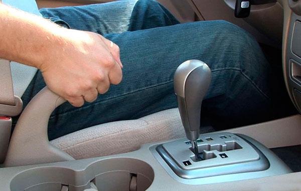 Мужская рука на ручнике авто