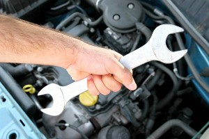 Инструмент для ремонта автомобиля в руке