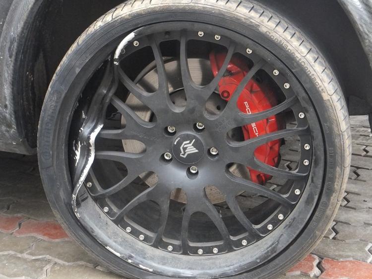 Поврежденный автомобильный диск фото