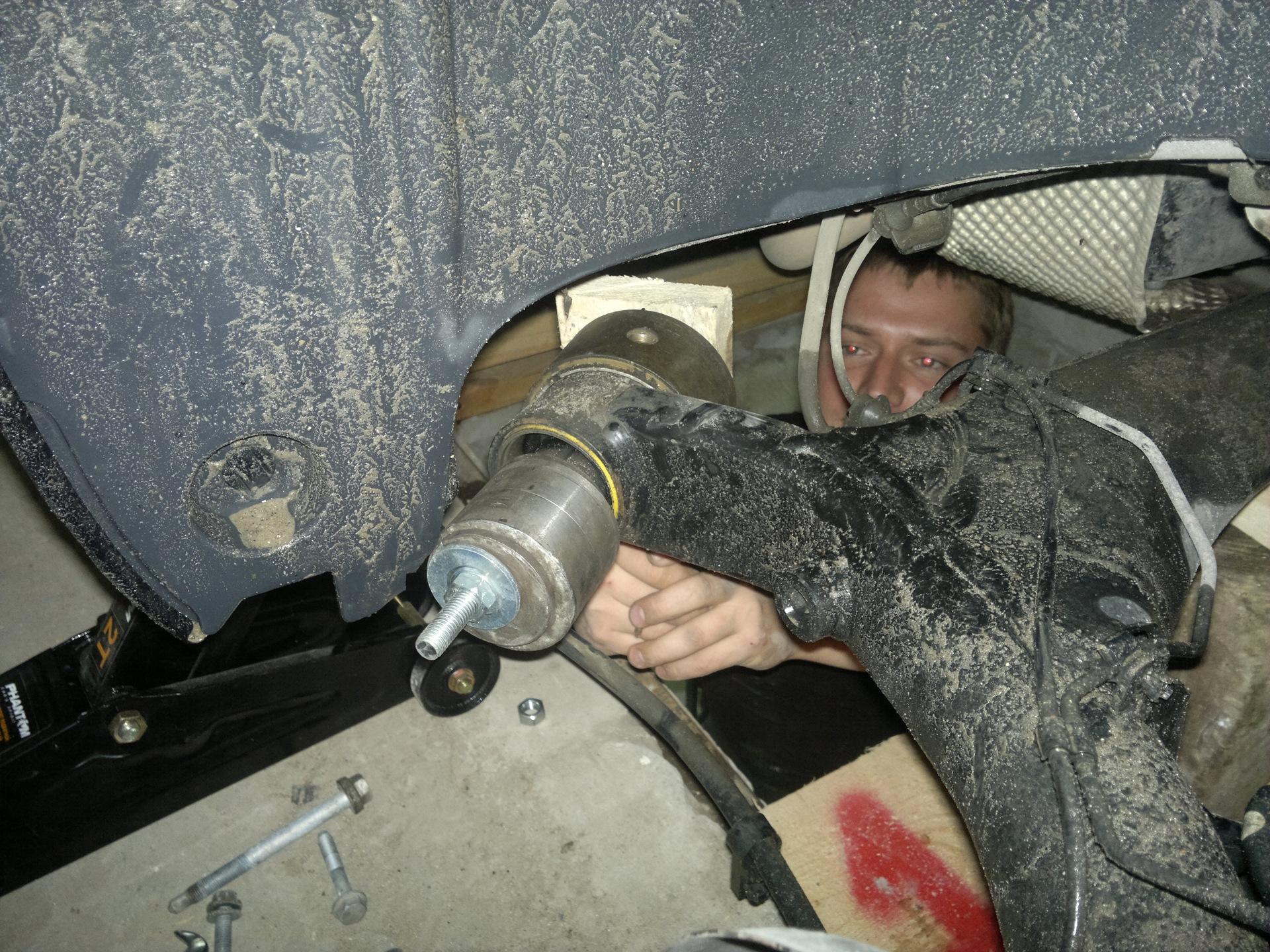 Мужчина выдавливает автомобильный сайлентблок