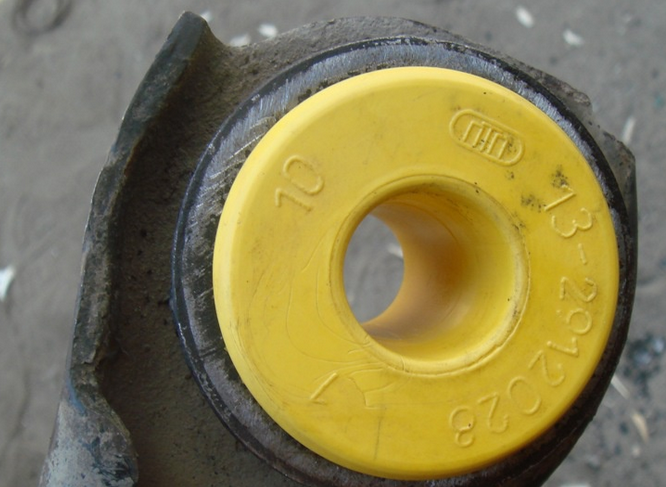 Сайлентблок из полиуретана желтого цвета