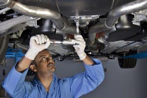 Механик ремонтирует автомобиль фото