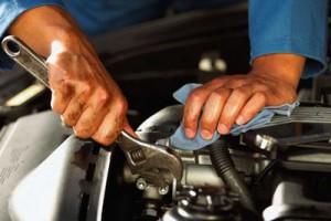 Автомобильный механик ремонтирует авто