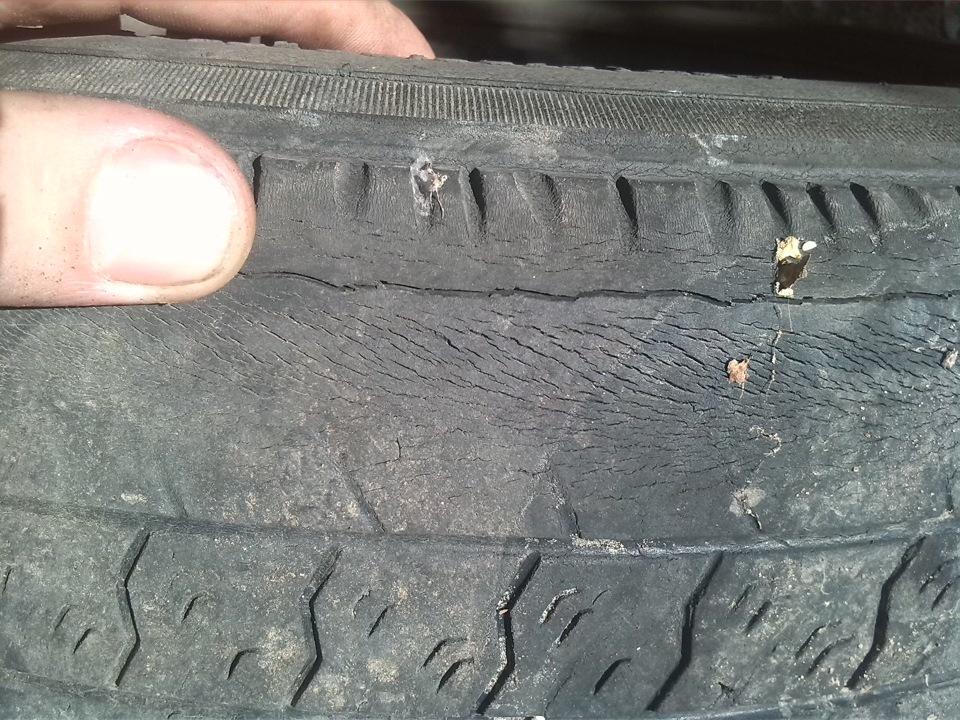 Изношенная резина автомобильного колеса