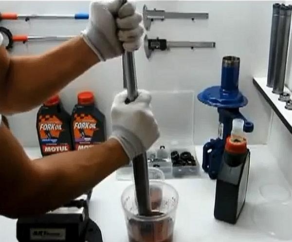 Смазывание амортизизатора авто маслом
