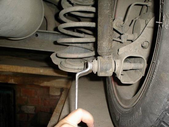 Установка задних автомобильных амортизаторов