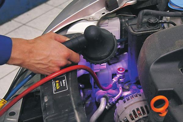 Проверка утечки фреона автокондиционера с помощью ультрафиолета
