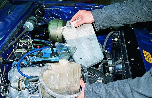 Замена охлаждающей жмдкости в автомобиле