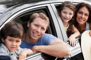 Семья выглядывает из салона машины