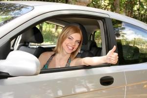 Женщина в салоне авто