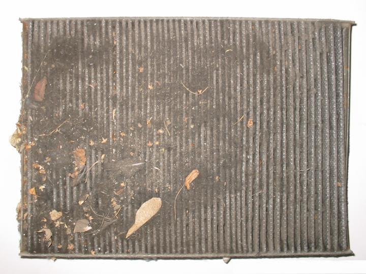 Фото загрязненного фильтра автомобильного кондиционера