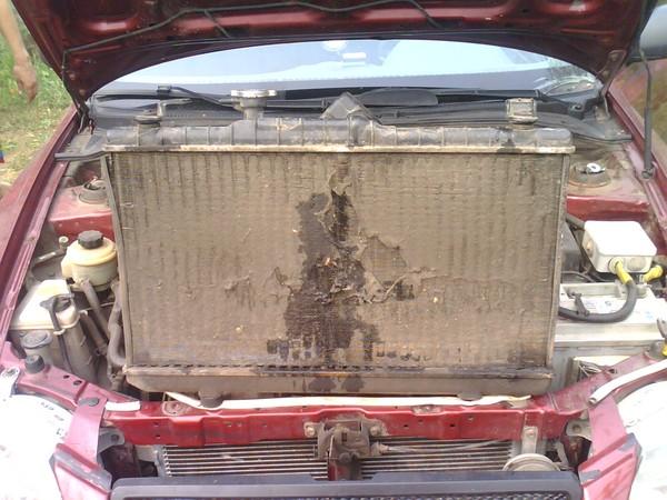 Загрязненный радиатор автомобильного кондиционера