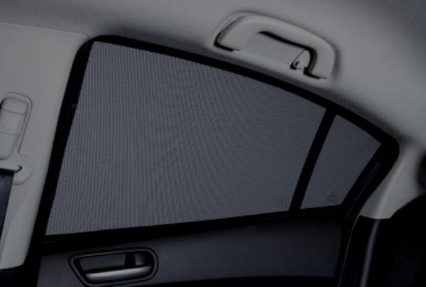Тонировочная шторка на заднем стекле авто