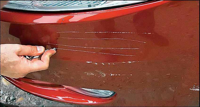 Царапины на переднем бампере машины