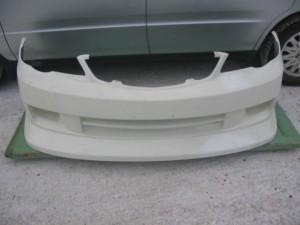 Покрашенный белый бампер автомобиля