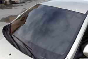 автомобиль со съемной тонировкой на лобовом стекле