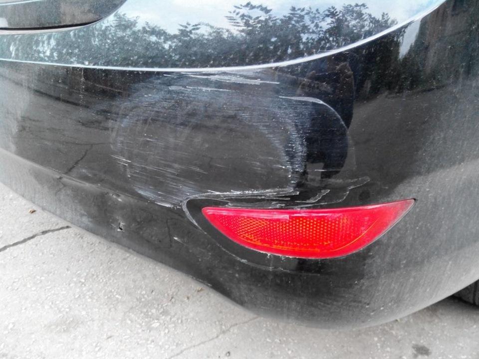 Поцарапанный задний бампер авто
