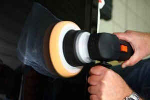 Полировка бампера при помощи шлиф-машинки