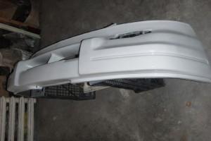 Белый бампер, покрашенный краской из баллончика